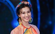 Hoàng Oanh đeo bông tai