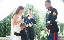 Trong đám cưới của bố, cậu bé khóc nấc ôm chân