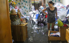 Nắp cống hỏng, hàng trăm ngôi nhà ở Sài Gòn bị nước tràn vào ngập ngay giữa đêm