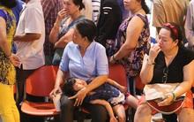 Chùm ảnh: Giữa đêm, sân bay Tân Sơn Nhất vẫn đông nghẹt, trẻ ngủ thiếp trên tay mẹ