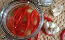 Tuyệt chiêu ngâm giấm ớt tỏi không xanh không nổi váng