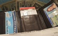 Cô gái tìm được lại ví đã mất sau 8 năm, nhưng những thứ bên trong ví còn khiến cô sốc nặng