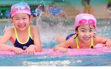 Những lưu ý đặc biệt quan trọng khi đưa con đi bơi trong những ngày nắng nóng