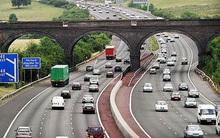 Hầu hết các nước đều đi bên phải, tại sao người Anh luôn lái xe bên trái đường?