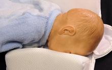 Cảnh báo: Gối chặn - vật dụng quen thuộc với trẻ sơ sinh có thể khiến bé ngạt thở, mất mạng