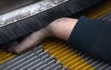 Giải cứu thành công bé gái 2 tuổi bị kẹt tay vào thang cuốn