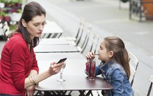Bố mẹ hay dùng điện thoại trước mặt con: Tác hại chắc chắn không ai có thể ngờ tới!
