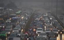 Trời mưa lạnh và sương mù, đường phố Hà Nội tối om, tắc nghẽn dài từ sáng sớm