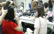 Hari Won đeo khẩu trang kín mít khi trò chuyện với tình cũ của Trấn Thành