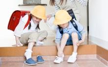 """Đúng là mẹ Nhật: con hay mang giày ngược, mẹ """"xuất chiêu"""" giúp con phân biệt được giày trái, giày phải"""