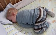 """Đứa trẻ nào cũng thích ngủ """"chổng mông, sấp mặt"""", vì sao vậy nhỉ?"""