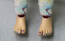 Nhìn móng chân của bé 3 tuổi được sơn sặc sỡ, chỉ có người vô tâm mới chỉ trích