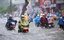 Hà Nội: Mưa cực lớn lúc giữa trưa, nhiều nơi đã ngập trắng