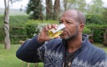 Người đàn ông uống và tắm nước tiểu của mình suốt 6 năm