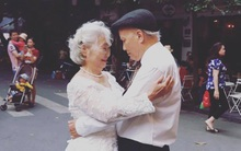Hình ảnh cô dâu tóc bạc mặc váy cưới trắng, chú rể chống gậy móm mém cười trên phố Hà Nội gây sốt mạng