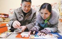 Vợ mất trí nhớ 8 năm trời, chồng dịu dàng dắt tay vợ đến cơ quan mỗi ngày