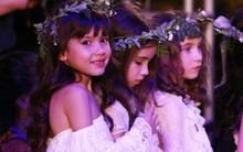 """Dàn mẫu nhí xinh như thiên thần với váy trắng """"tóc mây"""" trên sàn diễn của Tuần lễ thời trang thiếu nhi Việt Nam"""