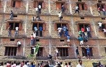 Ấn Độ: Nữ sinh bị bắt phải cởi áo ngực chốn đông người mới được bước vào phòng thi