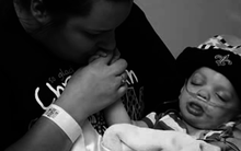 Sau khi con trai chết, người mẹ xem lại ảnh và bàng hoàng nhận ra sai lầm kinh khủng của mình