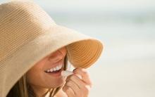 Ngày nắng chớ dùng son bóng, lời khuyên dành cho các chị em mê làm đẹp để bảo vệ môi luôn hồng hào, căng mịn