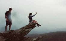 Được bạn trai dắt lên núi và đưa cho 1 cuốn sách, cô gái xúc động rơi lệ khi đọc những dòng chữ bên trong