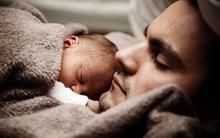Để con ngủ trên ngực, trông thì tình cảm nhưng là hành động có thể giết chết con