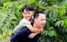 Nhạc sĩ Nguyễn Hải Phong đi cầu khỉ, cõng con bắt vịt trong