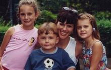 Người mẹ lấy thân mình ngáng chiếc xe hơi đang lao xuống bờ vực, bất chấp tất cả để cứu 3 đứa con nhỏ