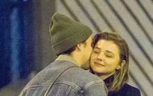 Cậu cả nhà David Beckham ôm hôn bạn gái đắm đuối trên phố