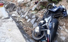 Xe máy mất phanh khi xuống dốc, mẹ và con trai út chết thảm, bé lớn nguy kịch