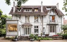 Ngôi nhà gỗ bên ngoài nhìn như cổ tích nhưng nội thất bên trong hiện đại đến bất ngờ