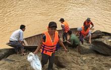 Yêu cầu thủy điện ngừng xả lũ để cứu 15 phụ nữ bị mắc kẹt