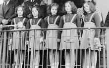 Cuộc đời sóng gió của 5 chị em gái trong ca sinh 5 đầu tiên trên thế giới từng diện kiến Nữ hoàng Anh