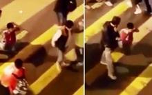 Video: Không hoàn thành bài tập ở lớp, cha bắt con lê gối trở về nhà