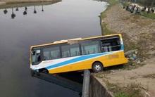 Đà Nẵng: Xe tải tông xe buýt rơi xuống hồ nước