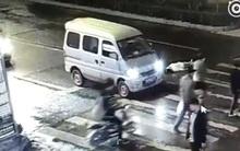 Sự vô cảm đến rùng mình của người qua đường khi thấy cô gái nằm ngắc ngoải trên đường sau tai nạn