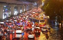 Mưa lớn trút xuống vào giờ tan tầm, ô tô xếp hàng dài trên đường phố Hà Nội