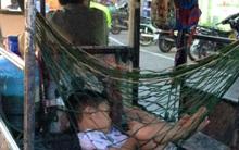 Hình ảnh xúc động: Giấc ngủ ngon lành của cậu bé trên chiếc võng phía sau xe ba gác của bố