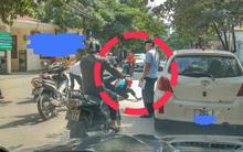 Hà Nội: Mở cửa xe khiến một học sinh tai nạn, tài xế chỉ đứng nhìn rồi bỏ đi