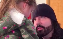 Con gái tức giận khóc lóc, người bố chỉ nhẹ nhàng cúi xuống nói với con một câu khiến cả cô bé và vợ anh đều mỉm cười