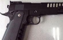 TP.HCM: Lấy súng của ông nội khoe với bạn ở quán trà sữa, nam sinh 12 tuổi bị thương