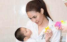 Lan Khuê áo trắng giản dị, cười rạng rỡ bên các em nhỏ khuyết tật
