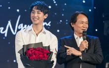 Hết bật khóc vì xúc động, Rocker Nguyễn lại đốn tim fan khi vừa đàn vừa hát