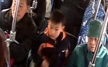 Mẹ mải mê xem điện thoại để lạc con trên xe buýt khiến bé hoảng sợ suýt khóc