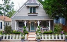 Hàng rào trắng lãng mạn tô điểm cho những ngôi nhà vườn đẹp nên thơ