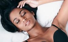 Các tư thế ngủ tốt nhất cho những người ngực to, đau lưng, hay ngáy hoặc bị ợ nóng