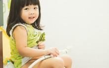 Đây là lý do bố mẹ không nên luyện con tự đi vệ sinh quá sớm
