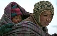 Cuộc sinh nở gian nan của những phụ nữ phải đi bộ suốt 9 ngày trời trong giá buốt -35 độ mới đến được trạm xá