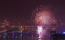 Pháo hoa rực rỡ trên bầu trời, người dân cả nước hào hứng đón chào năm mới 2018