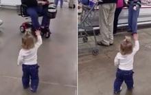 Con gái bất ngờ hất tay mẹ chạy khắp siêu thị, mẹ không vội nắm tay con mà lại ung dung đứng nhìn vì…